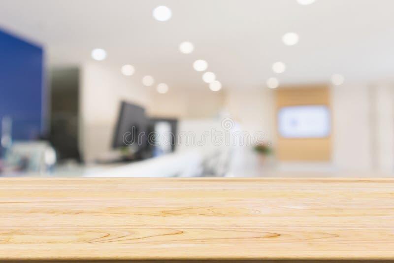Tabela de madeira com o local de trabalho abstrato da mesa de escritório do borrão fotos de stock royalty free