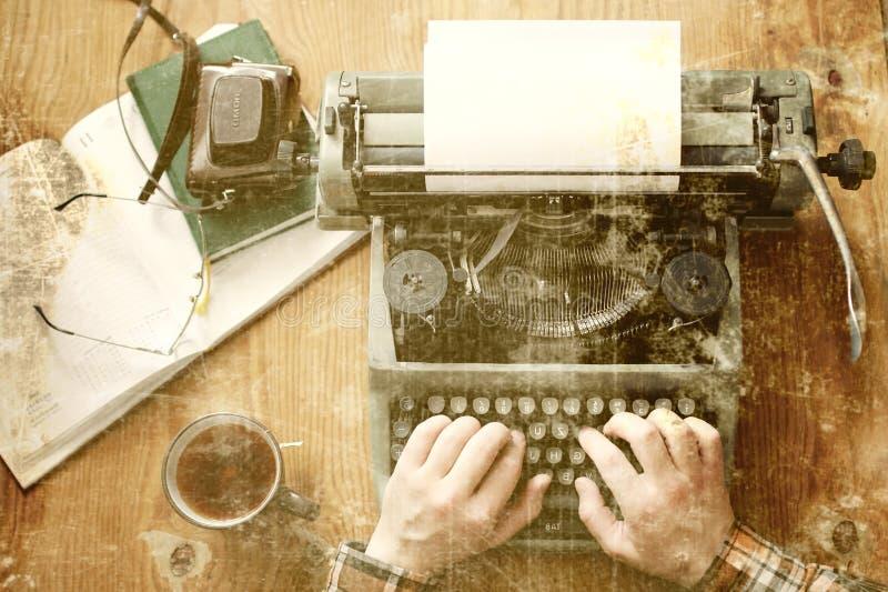 Tabela de madeira da mão retro velha da máquina de escrever da foto fotos de stock