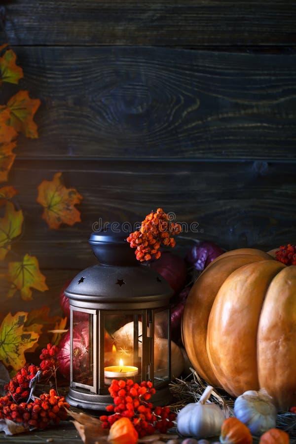 A tabela de madeira decorada com vegetais, abóboras e folhas de outono Fundo do outono Schastlivy von Ação de graças imagem de stock