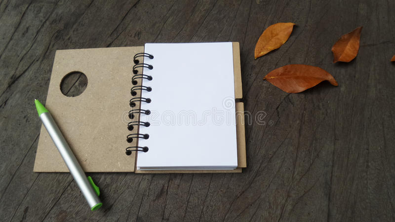 Tabela de madeira do caderno, vista superior fotos de stock royalty free