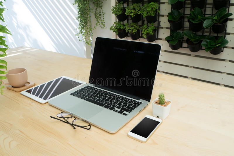 Tabela de madeira do escritório com artigo e cadeira de uma comunicação da tecnologia mim imagem de stock royalty free