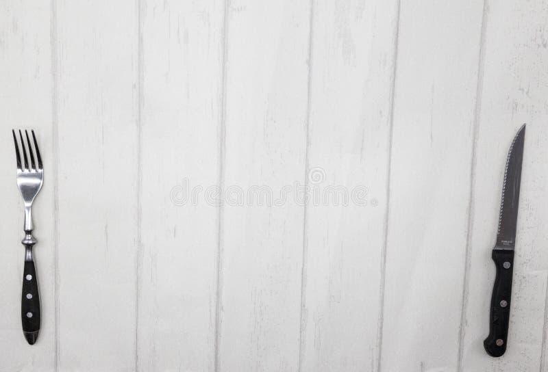 Tabela de madeira do estilo de Provence, fundo para o menu, restaurante, café, restaurante Faca, forquilha que encontra-se em um  fotos de stock