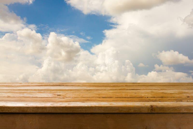 Tabela de madeira e céu azul fotografia de stock royalty free