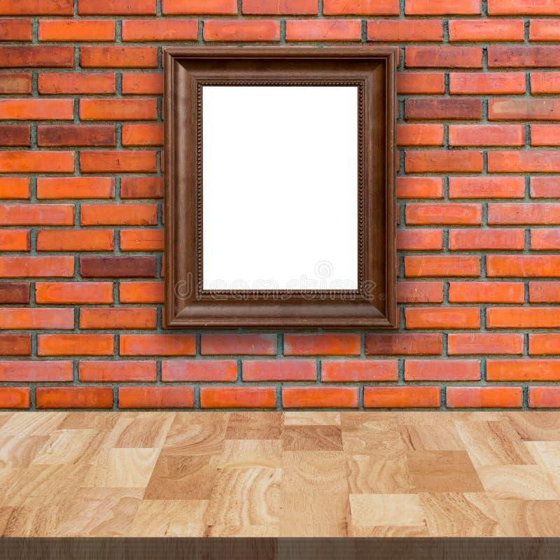 Tabela de madeira e parede de tijolo vermelho com imagem do quadro imagens de stock royalty free