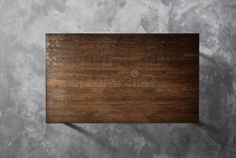 Tabela de madeira em um fundo concreto imagens de stock
