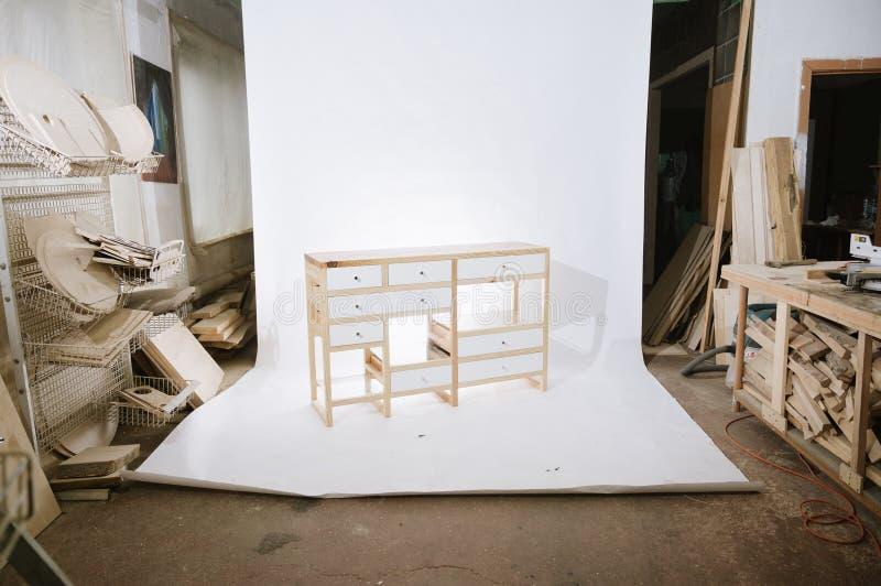 Tabela de madeira feito a mão com as gavetas no fundo branco fotografia de stock royalty free
