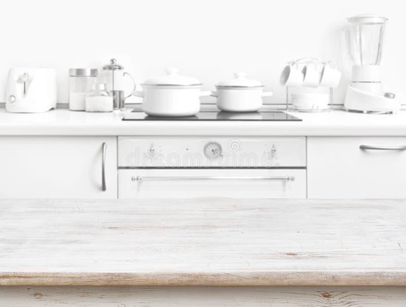 Tabela de madeira na frente do interior branco borrado do banco da cozinha foto de stock royalty free