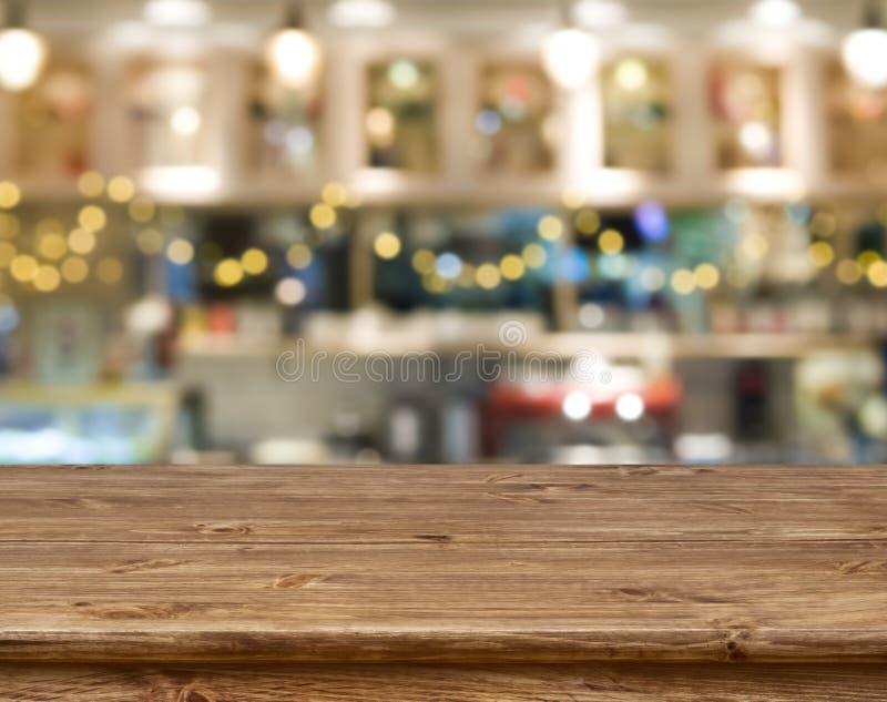 A tabela de madeira na frente do sumário borrou o fundo do banco da cozinha foto de stock royalty free