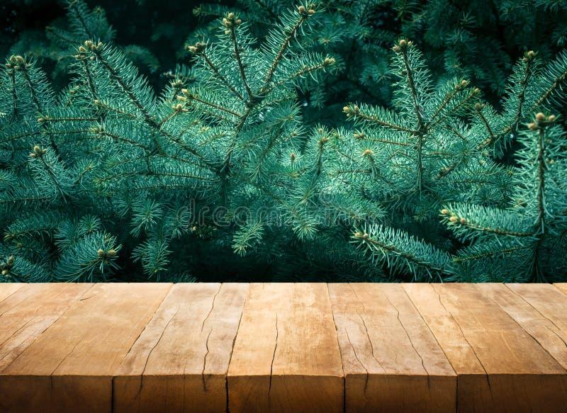 Tabela de madeira no pinheiro decoração da natureza e do Natal fotografia de stock royalty free