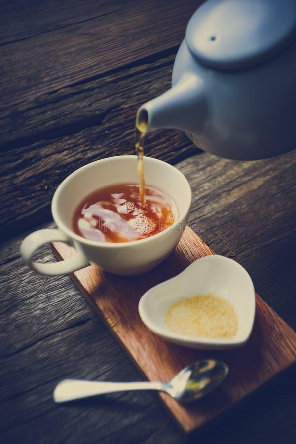 Tabela de madeira oriental do teatime da felicidade fotografia de stock royalty free
