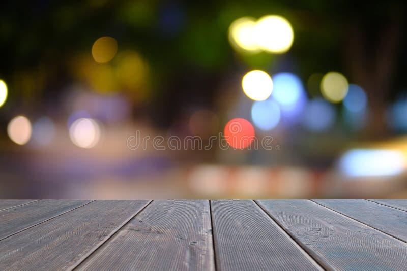 A tabela de madeira preta na parte dianteira borrou o fundo da cafetaria imagens de stock royalty free