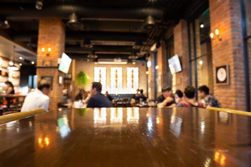 Tabela de madeira real com reflexão clara na cena no restaurante, plutônio fotos de stock