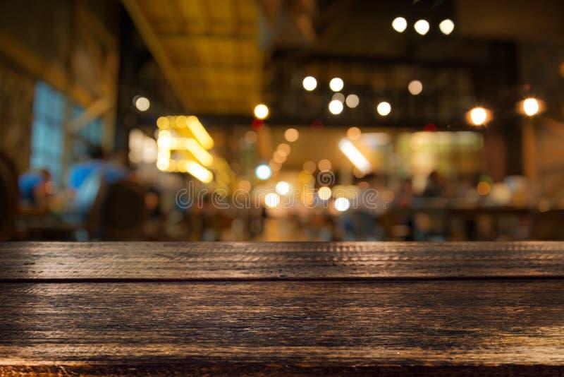 Tabela de madeira real com reflexão do aperitivo e da luz na cena em fotografia de stock