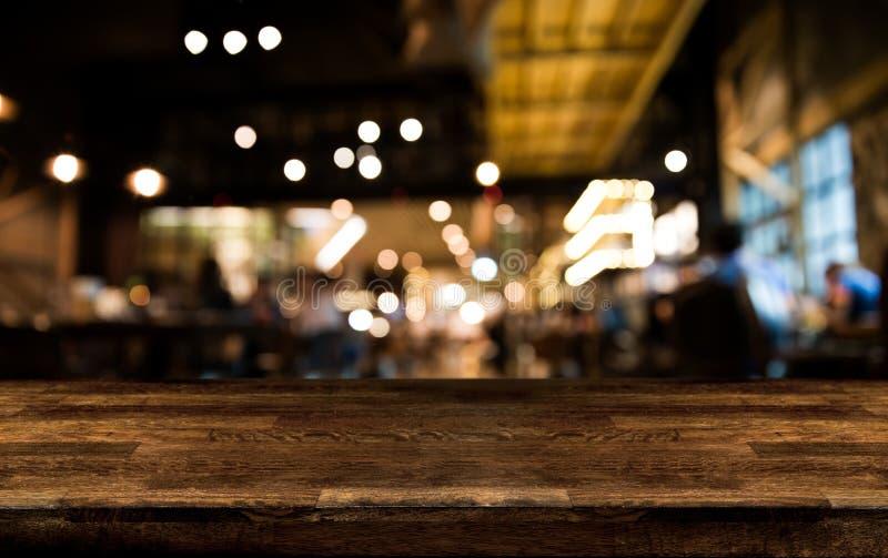 Tabela de madeira real com reflexão do aperitivo e da luz na cena em imagens de stock royalty free