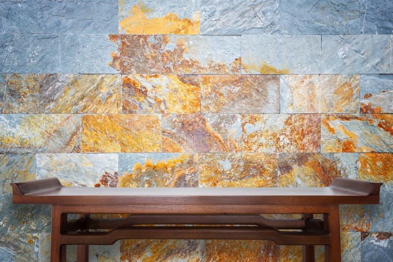 Tabela de madeira superior vazia e fundo natural da parede de pedra foto de stock royalty free