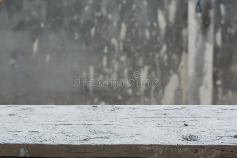 Tabela de madeira vazia com fundo da parede do almofariz do cimento imagens de stock