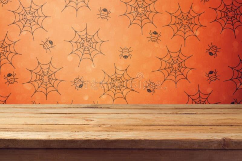 Tabela de madeira vazia da plataforma sobre o papel de parede do Dia das Bruxas imagem de stock