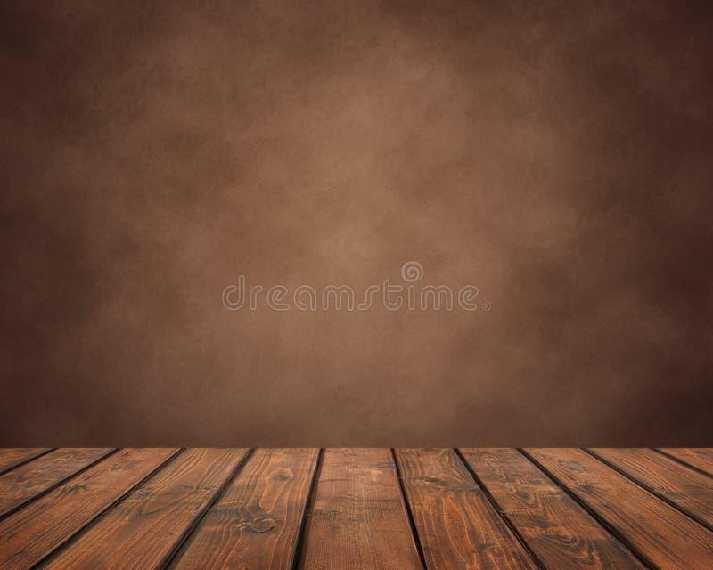 Tabela de madeira vazia das pranchas em um fundo marrom do grunge bancada, superfície de trabalho foto de stock royalty free