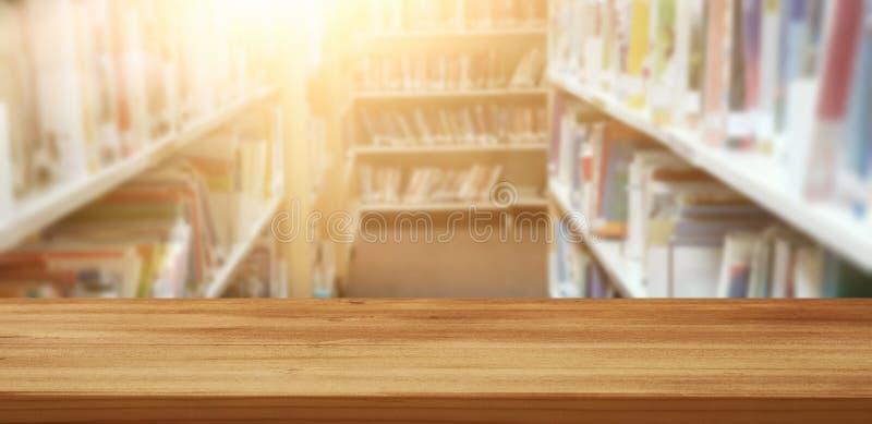 Tabela de madeira vazia na biblioteca Educação e conceito da aprendizagem imagens de stock