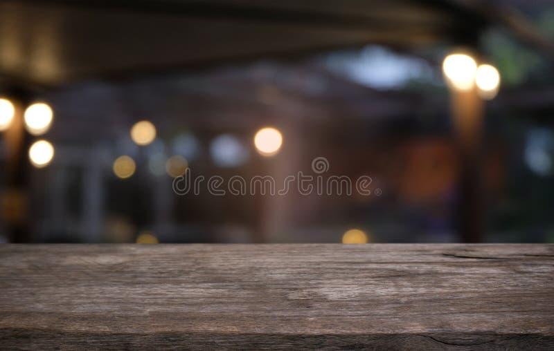 A tabela de madeira vazia na frente do sumário borrou o fundo do co imagens de stock