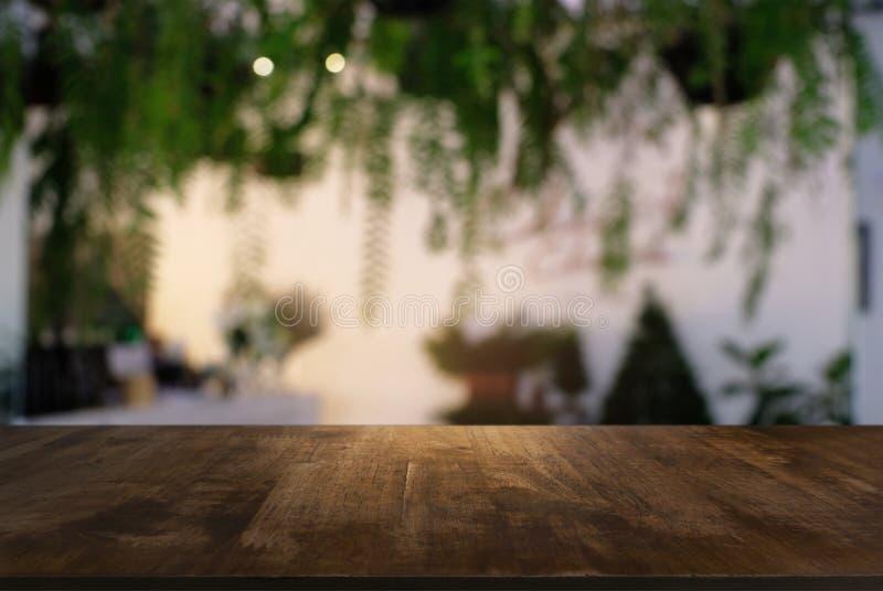 A tabela de madeira vazia na frente do sumário borrou o fundo do co imagem de stock royalty free