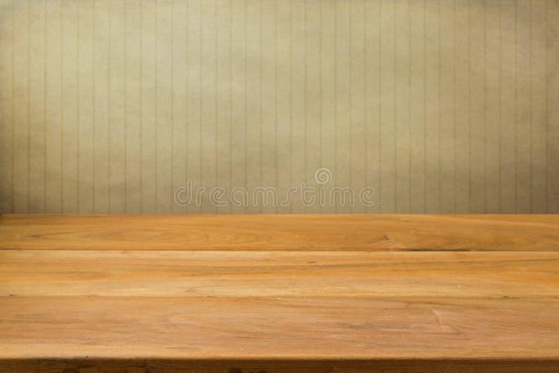 Tabela de madeira vazia sobre fundo listrado do grunge. foto de stock