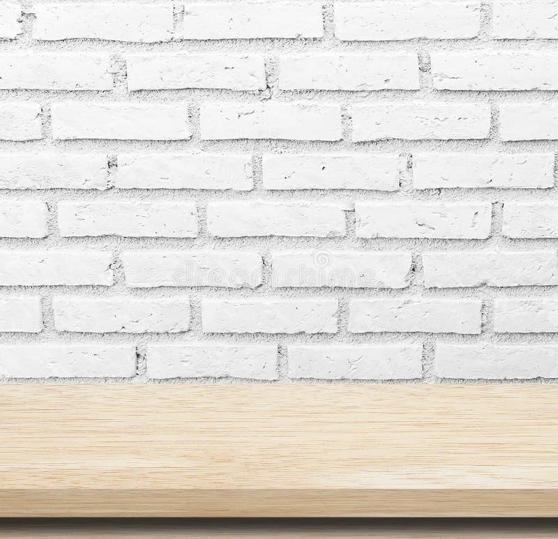 Tabela de madeira vazia sobre a parede de tijolo do whte fotos de stock