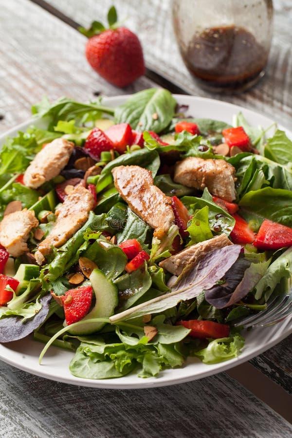 Tabela de madeira velha alaranjada de Honey Balsamic Salad da morango foto de stock