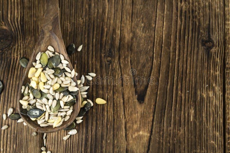 Tabela de madeira velha com sementes misturadas & x28; focus& seletivo x29; imagem de stock royalty free