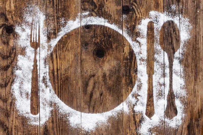 Tabela de madeira velha da cutelaria polvilhada com a farinha imagem de stock