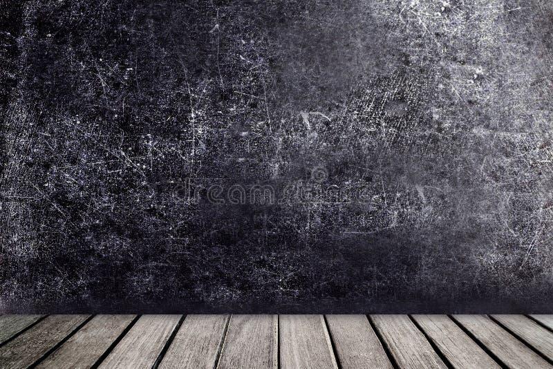 Tabela de madeira velha na frente da parede preta do vintage do quadro Blac foto de stock
