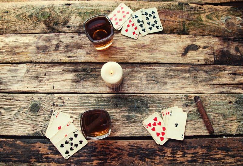 Tabela de madeira velha para jogar cartões de cima de fotografia de stock