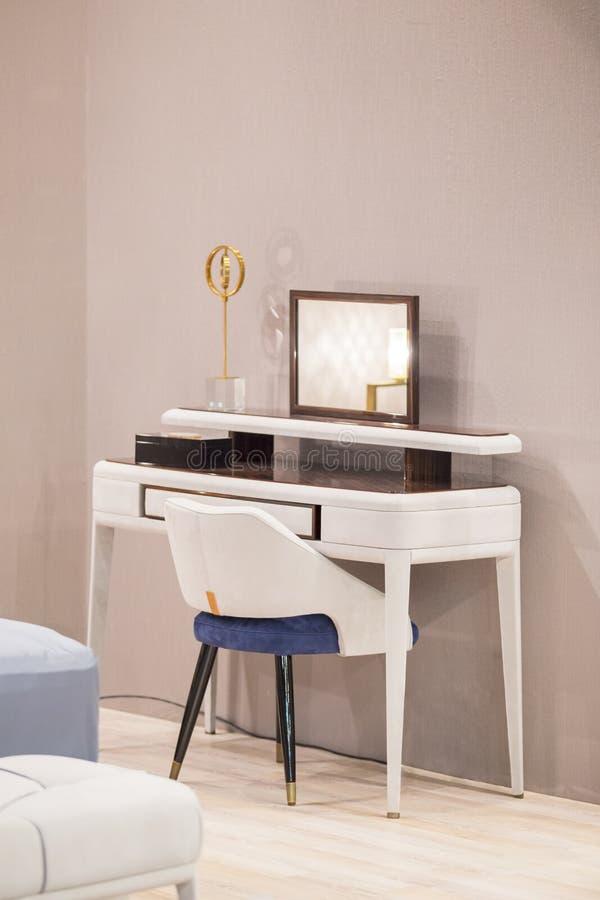 Tabela de molho branca com elementos de vime, estofamento de couro, espelho luxuoso imagens de stock royalty free