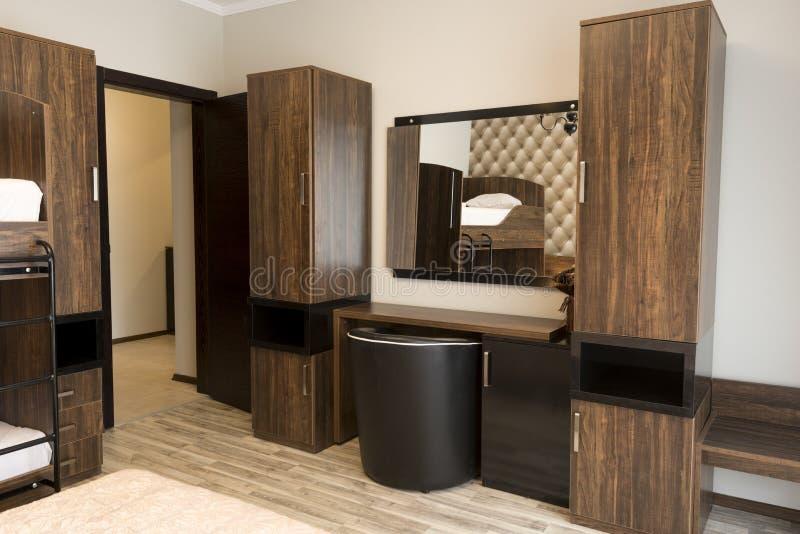 Tabela de molho com espelho Design de interiores elegante do quarto do hotel imagens de stock