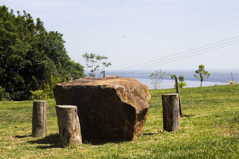 Tabela de pedra maravilhosa na montanha imagens de stock