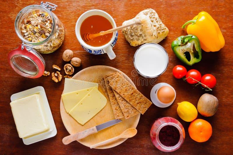 Tabela de pequeno almoço com alimento saudável foto de stock