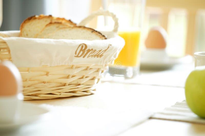 Tabela de pequeno almoço com ovos e maçã fotos de stock