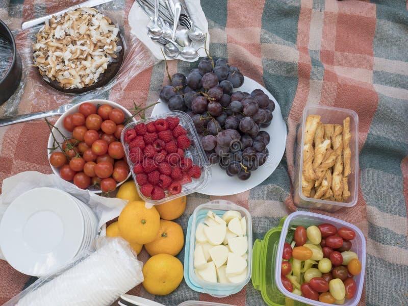 A tabela de piquenique, alimento serviu fora no pano do piquenique da tela Feche acima, vista superior Legumes frescos e frutos,  fotos de stock