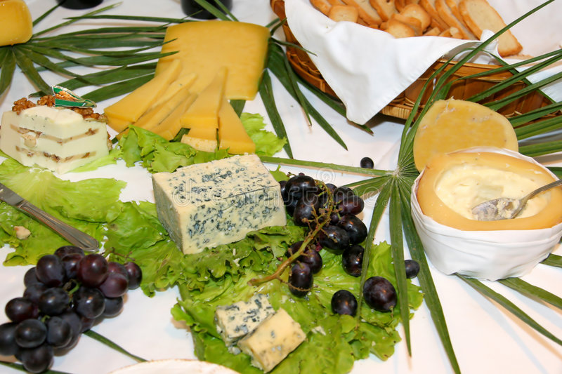 Tabela de queijos assorted fotografia de stock royalty free