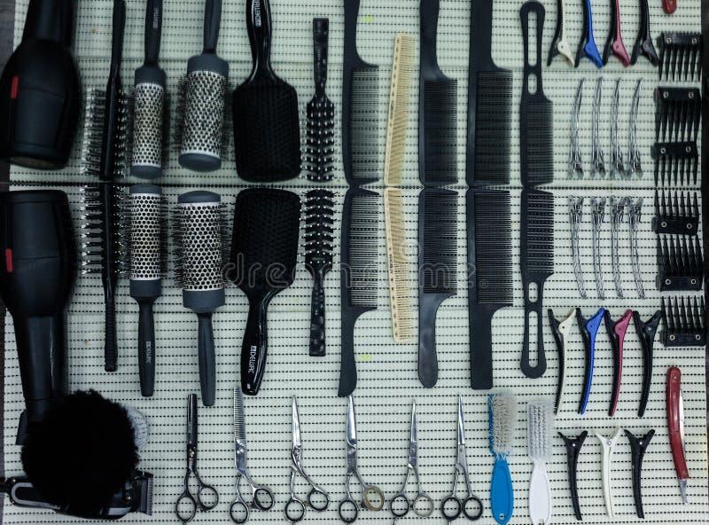 Tabela de trabalho do barbeiro com um grupo de tesouras fotos de stock