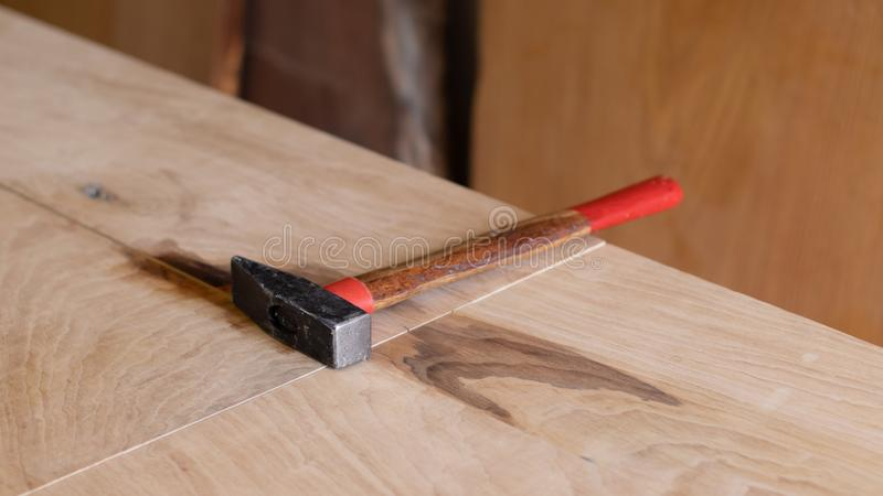 Tabela de trabalho do carpinteiro do artesão com um martelo na madeira Espaço da oficina fotos de stock