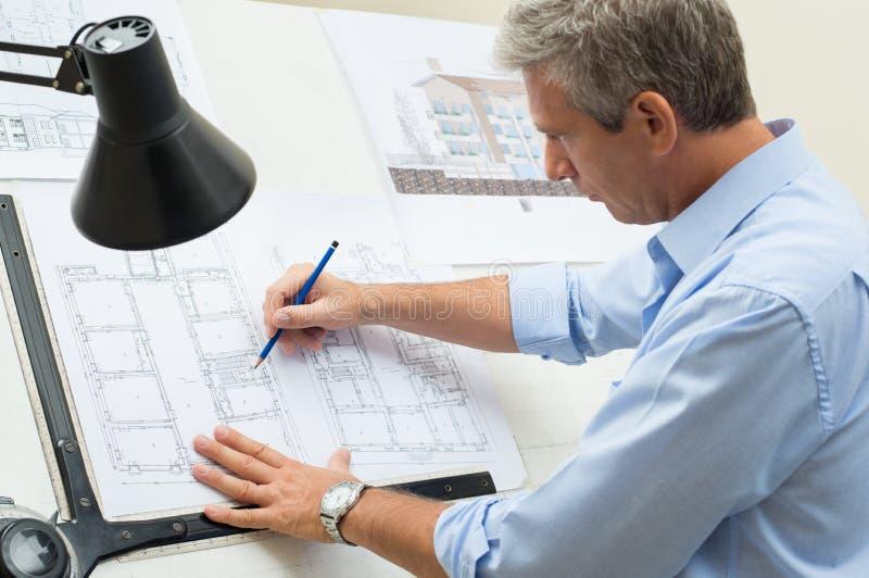 Tabela de Working At Drawing do arquiteto imagem de stock