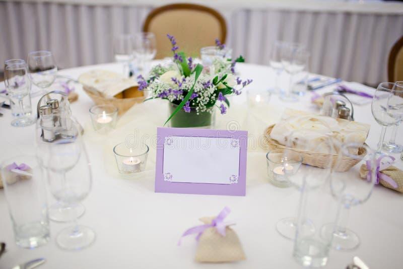 Tabela decorada casamento - painel vazio - quadro roxo fotos de stock royalty free