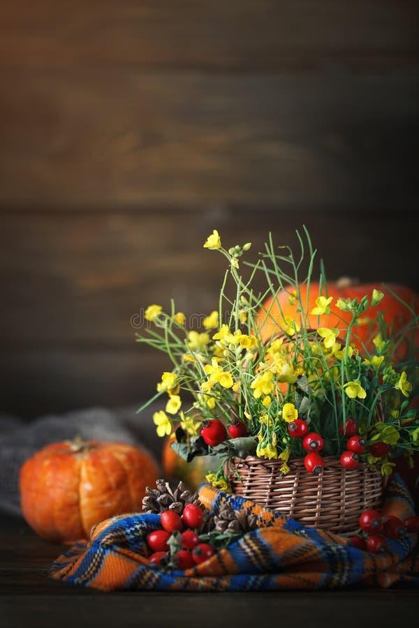 A tabela decorada com flores e vegetais Dia feliz da acção de graças Fundo do outono imagens de stock royalty free
