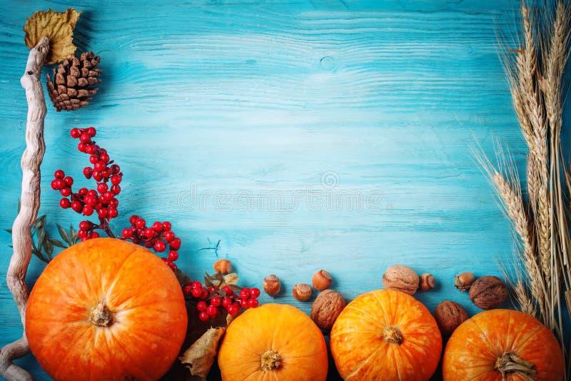 A tabela, decorada com vegetais e frutos Festival da colheita, ação de graças feliz fotografia de stock