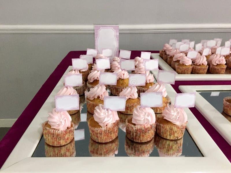 Tabela decorada em cor-de-rosa completamente dos doces, celebração da menina imagens de stock