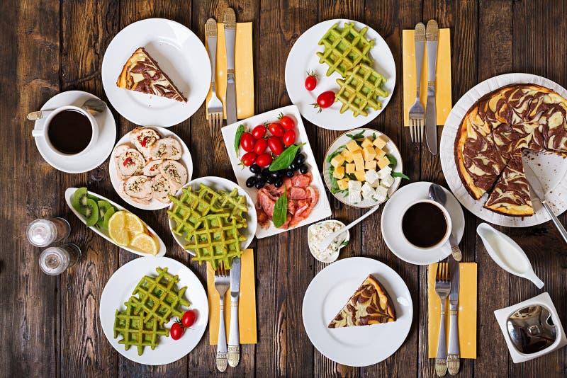 Tabela do alimento de café da manhã Grupo festivo da refeição matinal foto de stock