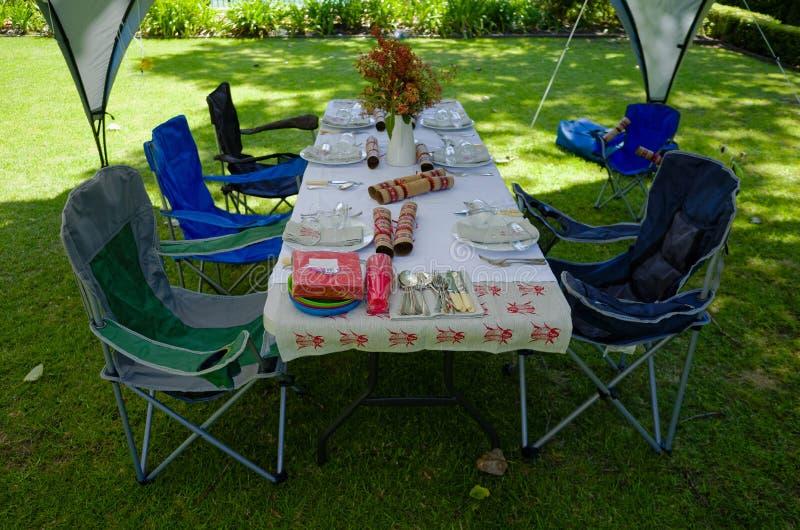 Tabela do almoço do verão sob uma barraca do miradouro imagem de stock