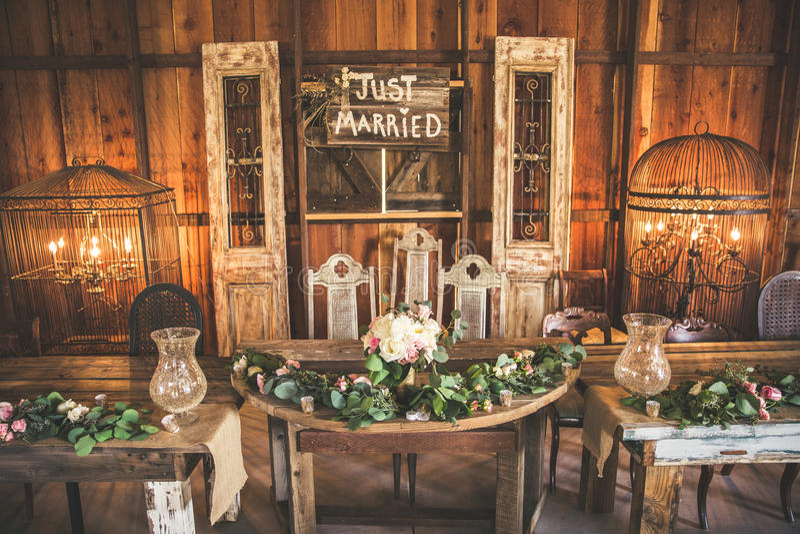 Tabela do banquete de casamento em um celeiro fotos de stock royalty free