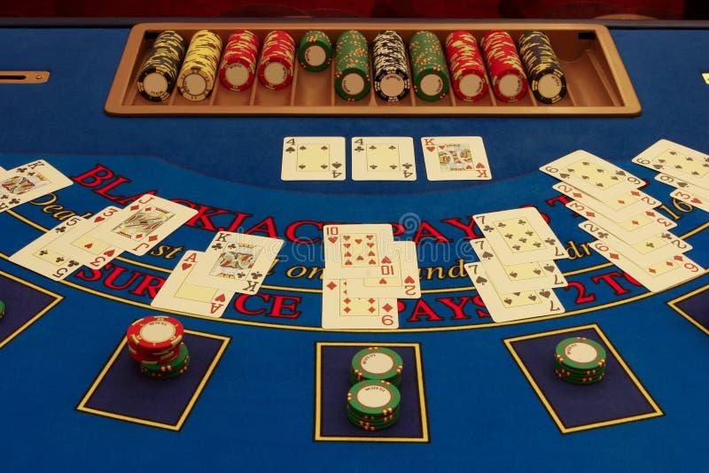 Tabela do Blackjack no casino com cartões imagens de stock royalty free